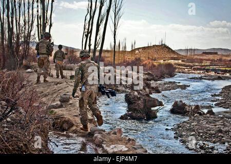 Soldaten von Firma A, 2. Bataillon, 28. Infanterie-Regiment, Task Force 3-66, navigieren Sie schmale Dämme entlang - Stockfoto