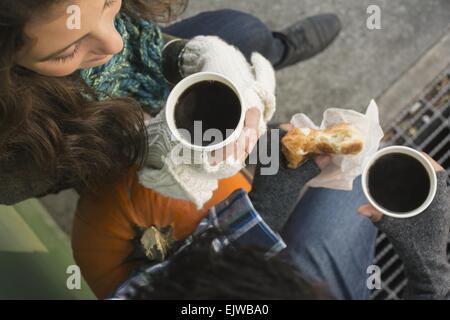 USA, New York State, New York City, Brooklyn, direkt oberhalb der Ansicht des Paares Kaffeetrinken - Stockfoto