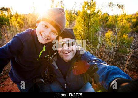 Vater und Sohn nehmen ein Selbstporträt - Stockfoto