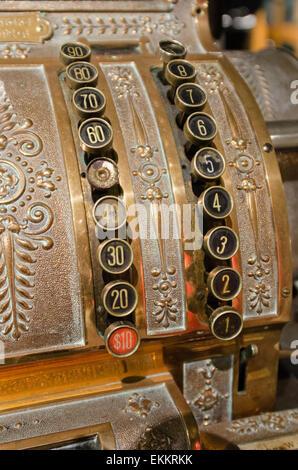 Zifferntasten auf eine antike Registrierkasse an der Seal Cove Automuseum, Maine. - Stockfoto