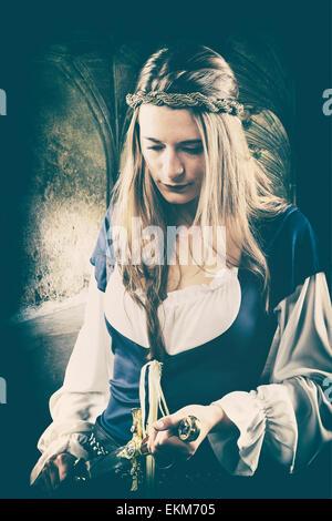 Mittelalterliche Frau, die einen Dolch hält - Stockfoto