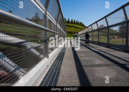Moderne Stahl-Zyklus-Brücke verbindet den Stadtpark - Stockfoto