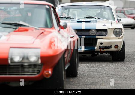 Bild zeigt zwei klassischen amerikanischen Autos geparkt einer hinter dem anderen. - Stockfoto