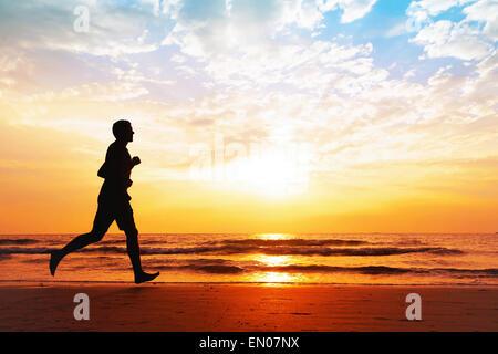 aktive Gesundheit, Silhouette der Mann am Strand joggen - Stockfoto