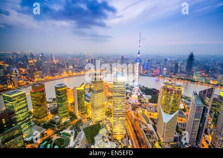 Skyline von Shanghai, China über den Finanzdistrikt Pudong. - Stockfoto