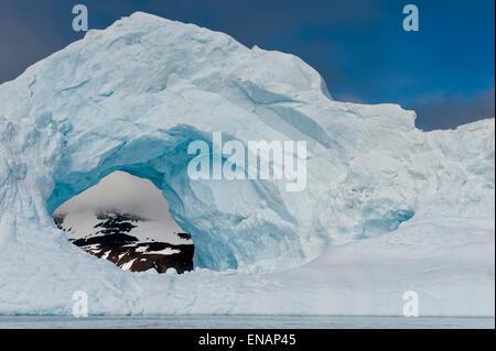 Naturale geschnitzt in einem Eisberg, Antarctic Sound, antarktische Halbinsel - Stockfoto