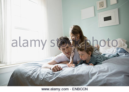 kinder mit einem tablet im bett stockfoto bild 169627201 alamy. Black Bedroom Furniture Sets. Home Design Ideas