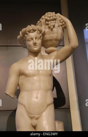 Statue eines Fauns hält einen Korb mit Trauben. Marmor. Von de Horti Lamiani. Rom. Kapitolinischen Museen. Rom. - Stockfoto
