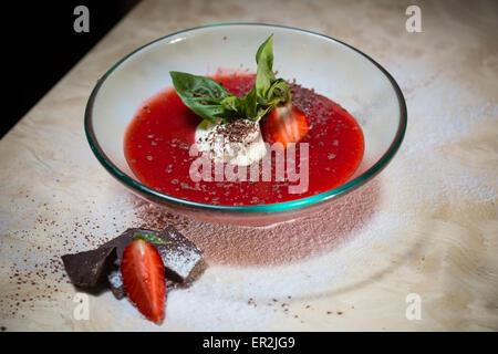 Erdbeer-Suppe mit Eis und Minze auf einem Teller Decoratedfresh Erdbeeren - Stockfoto