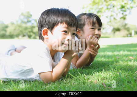 Glücklich japanische Kinder in einem Stadtpark - Stockfoto