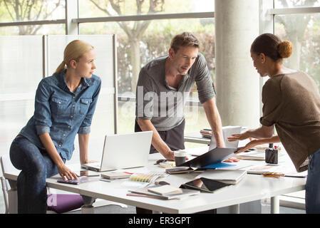 Kolleginnen und Kollegen gemeinsam an Projekt - Stockfoto