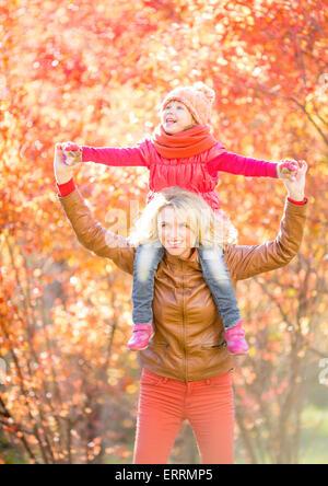 Glückliche Eltern und Kind zu Fuß im Herbst im freien - Stockfoto