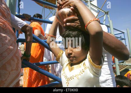 Junge Mädchen tragen Kokosnuss Kupfer Kochgeschirr Mahamasthakabhisheka; wichtigsten Jain Festivals Shravanabelagola; - Stockfoto