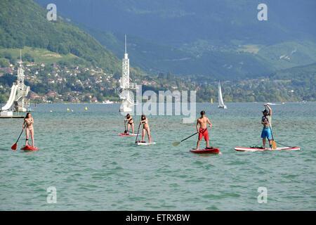 Paddel surfen oder stehend Paddel am Lac d ' Annecy in Frankreich aufstehen - Stockfoto