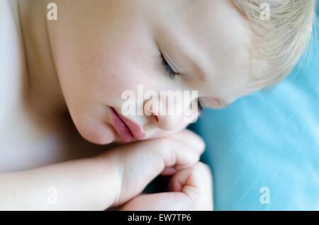 Nahaufnahme eines jungen, die in Form eines Herzens schlafen mit den Händen - Stockfoto