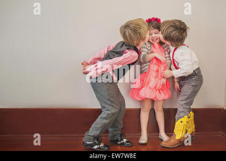 Zwei jungen, eine Mädchen auf die Wange küssen - Stockfoto