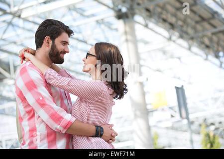 Liebespaar einander betrachten und genießen Sie außerhalb Gebäude - Stockfoto