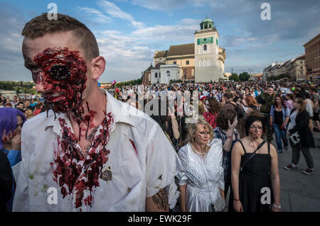 Warschau, Polen. 28. Juni 2015. Teilnehmer des 9. Zombie Walk in Warschau. Während der jährlichen Veranstaltung - Stockfoto