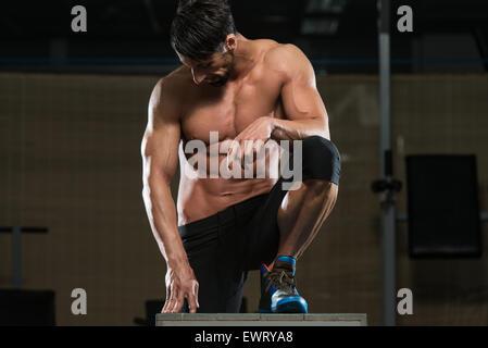 Porträt eines durchtrainierten jungen Mannes ruht nach dem Training - Stockfoto