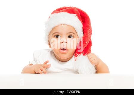 Afrikanische Baby in rote Weihnachtsmütze schaut überrascht - Stockfoto