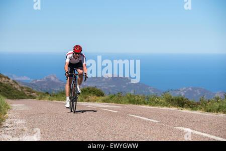 Mann, Radfahren auf Straße, Korsika, Frankreich - Stockfoto