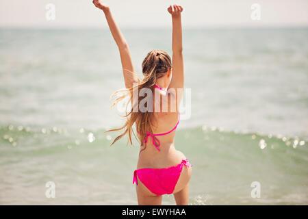 Teenager-Mädchen sprang in die Luft am Strand - Stockfoto
