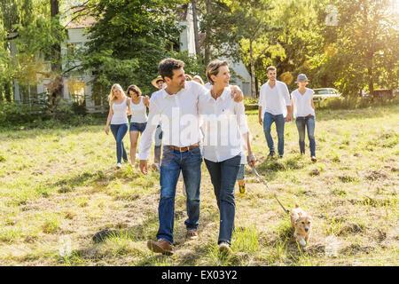 Gruppe von Menschen zu Fuß durch Wald - Stockfoto