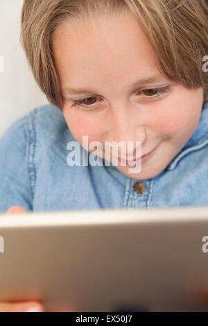 Kleiner Junge mit Digital-Tablette - Stockfoto