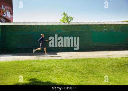 Reifer Mann laufen im Park - Stockfoto