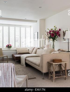 Sofas Und Treppe In Modernes Wohnzimmer · Haferflocken Sofa Und Leder  Couchtisch Aus B U0026 B Italia Im Wohnzimmer Mit Zara Home