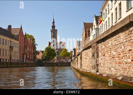 Statue von Jan Van Eyck und Kanal in Brügge, Belgien - Stockfoto
