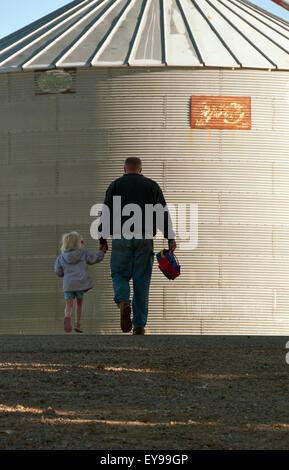 Tochter, Landwirt, halten Hände, Iowa, Silo - Stockfoto