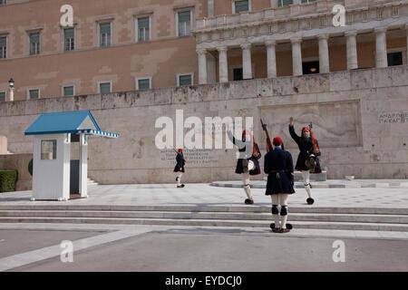 Tsoliades / Evzones ändern die Wachen am Grab des unbekannten Soldaten in Syntagma-Platz, tragen Winteroutfit (dunkelblau). - Stockfoto