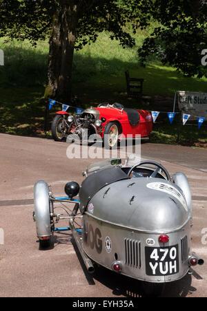 Zwei klassische Morgan drei Rädern Autos, angezeigt im Cockington Village, Torbay, Torquay, Devon, England - Stockfoto