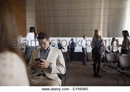 Mann mit Handy im Auditorium Publikum - Stockfoto
