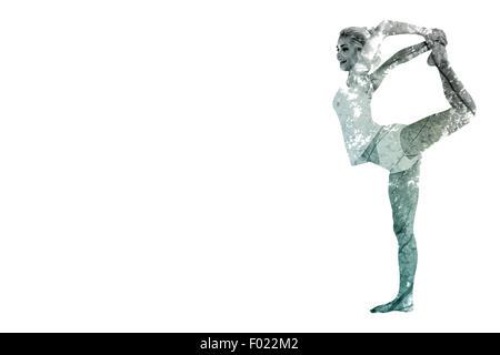 Zusammengesetztes Bild der sportlichen Frau Körper während Balancieren auf einem Bein Strecken - Stockfoto
