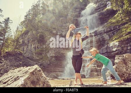 Zwei-Generationen-Familie Spaß mit Wasserfall, Ehrwald, Tirol, Österreich - Stockfoto