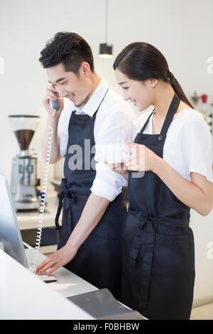 Junges Paar im Coffee-shop - Stockfoto
