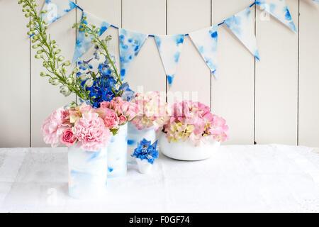 Rosa und blaue Blumengestecke für den Sommer - Stockfoto