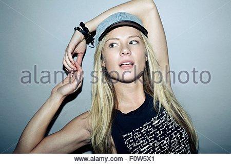Porträt einer jungen Frau mit Basketball-Mütze, wegschauen - Stockfoto
