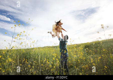 Anhebende Tochter Vater in der Luft - Stockfoto
