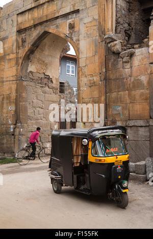 Indien, Jammu & Kaschmir, Srinagar, Autorikscha parkten auf Reste der Mughal gewölbte Tor in der alten Stadtmauer - Stockfoto