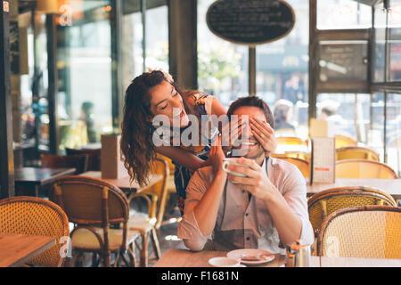 Paar Partnersuche in Cafe, Paris - Stockfoto