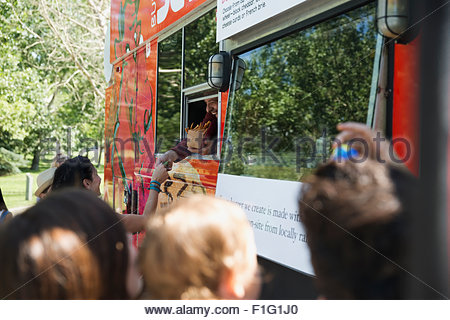 Kunden außerhalb Imbisswagen - Stockfoto