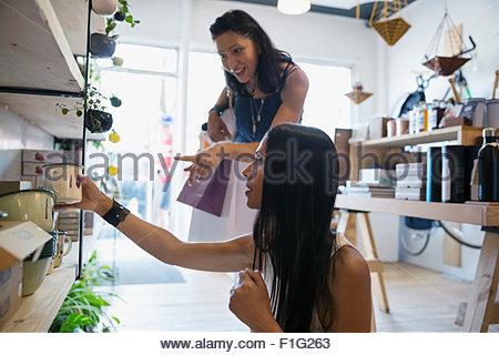 Frauen für Haushaltswaren im Shop einkaufen - Stockfoto