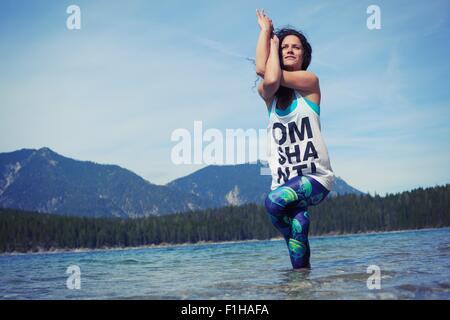 Mitte Erwachsene Frau, im See, in Yogaposition niedrigen Sie Winkel Ansicht - Stockfoto