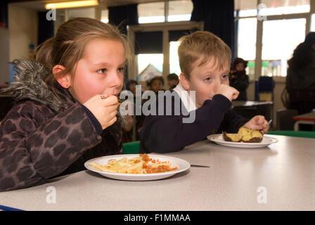 Grundschüler der ihre Mittag, London, UK. - Stockfoto