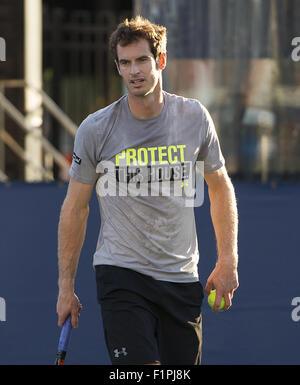 Flushing Meadow, New York, USA. 5. Sep, 2015. NEW YORK-SEPTEMBER 05: Andy Murray (GBR) erwärmt, bevor sein 3. Vorrundenspiel - Stockfoto