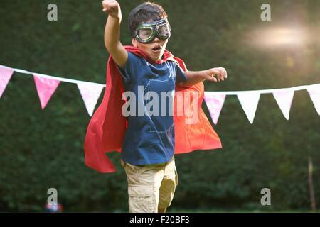 Jungen tragen von Brille und Kap im Superhelden-Position - Stockfoto