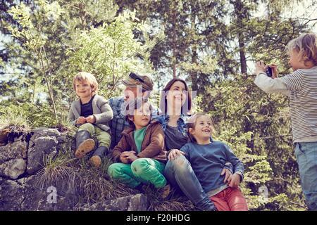 Jungen nehmen Foto der Familie, im Wald - Stockfoto